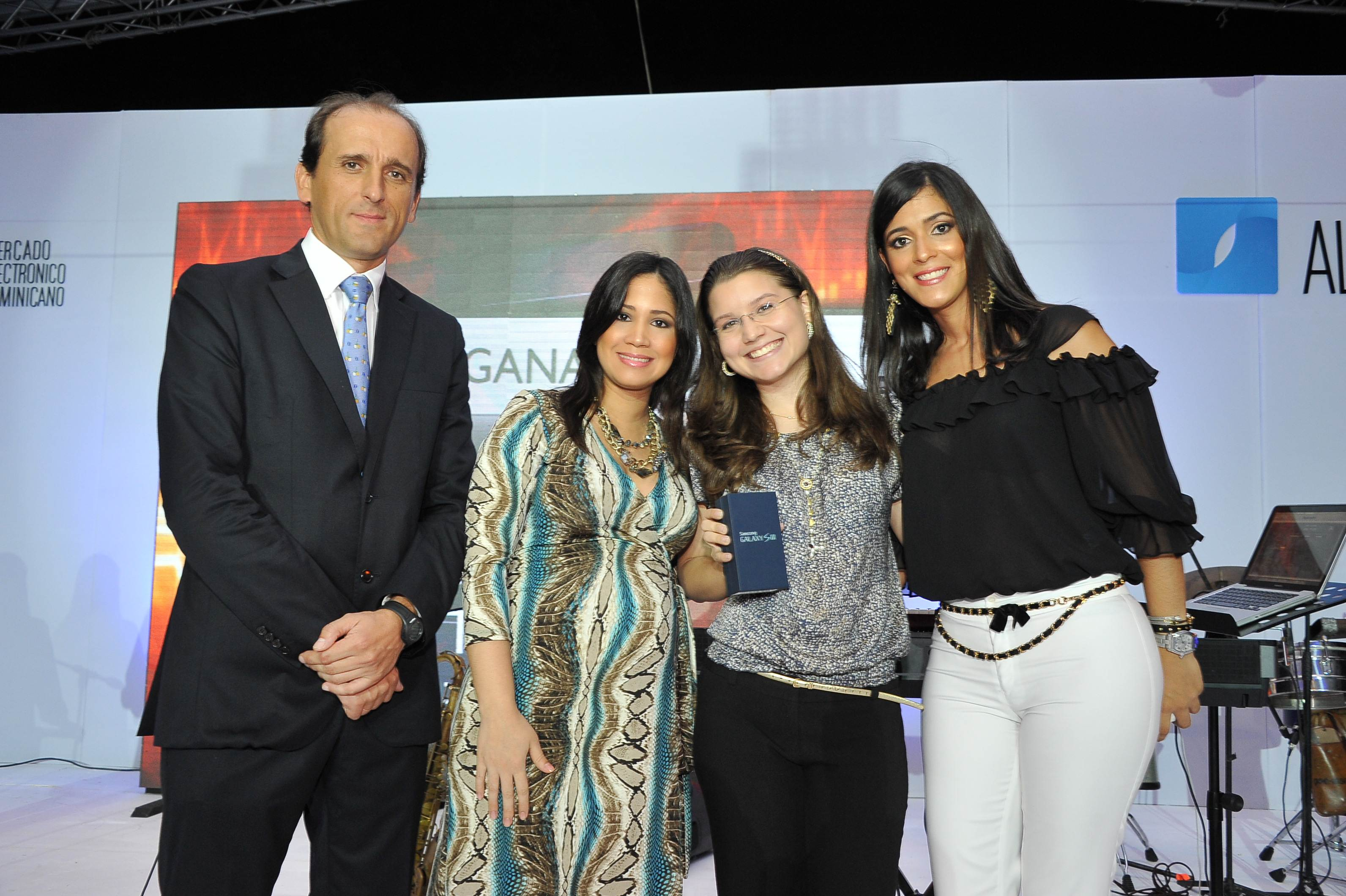 Premio Sansung Galaxy SIII-Ganador Compania Dom. de Telefonos-Entrega-Juan Manuel Barranco-Laura Nunez-Ruth Mendez