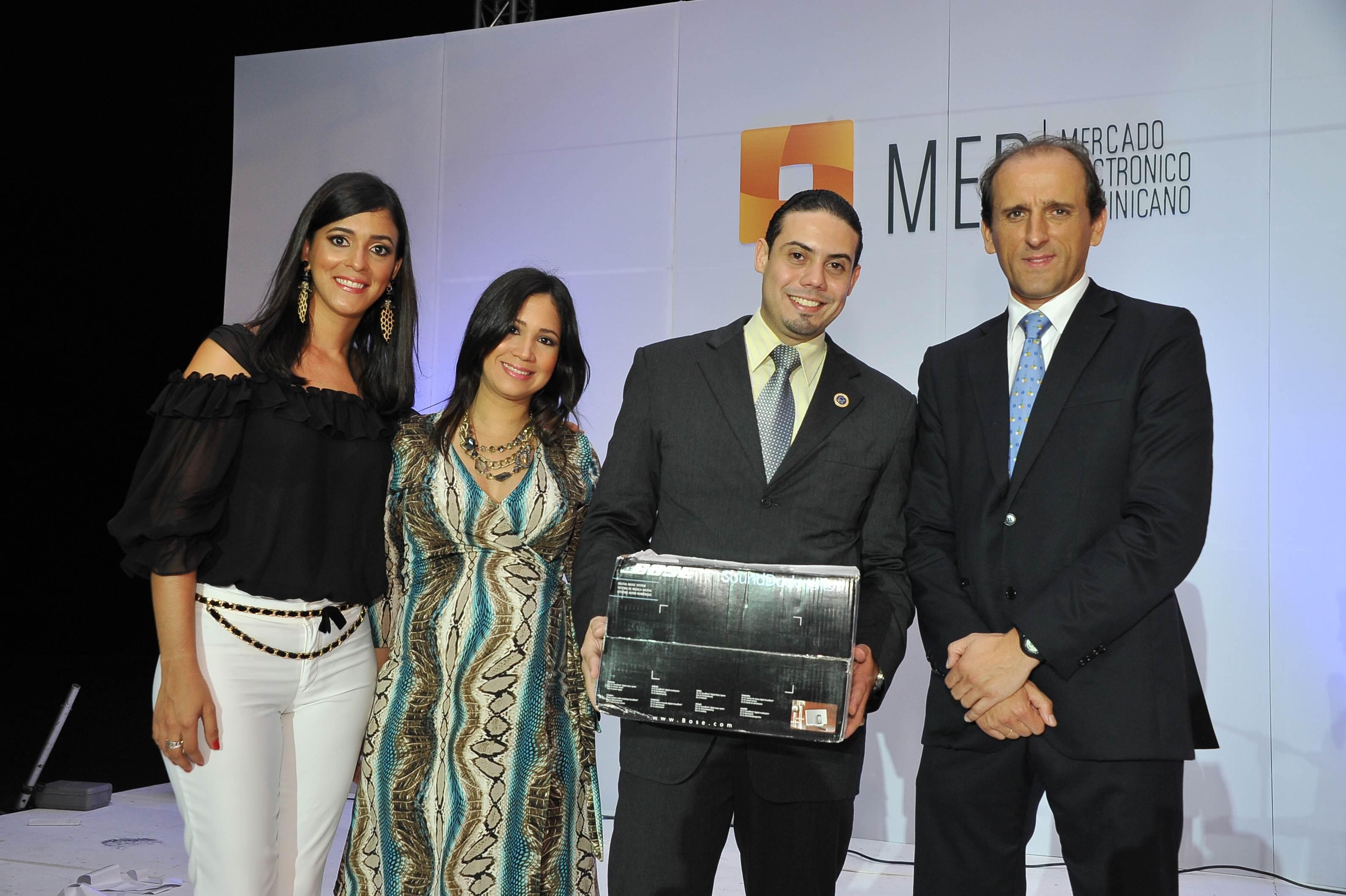 Premio-Bose Speaker-Ganador-Carlos Martinez (Asoc.Cibao)-Entregan-Ruth Mendez-Laura Nunez-Juan Manuel Barranco
