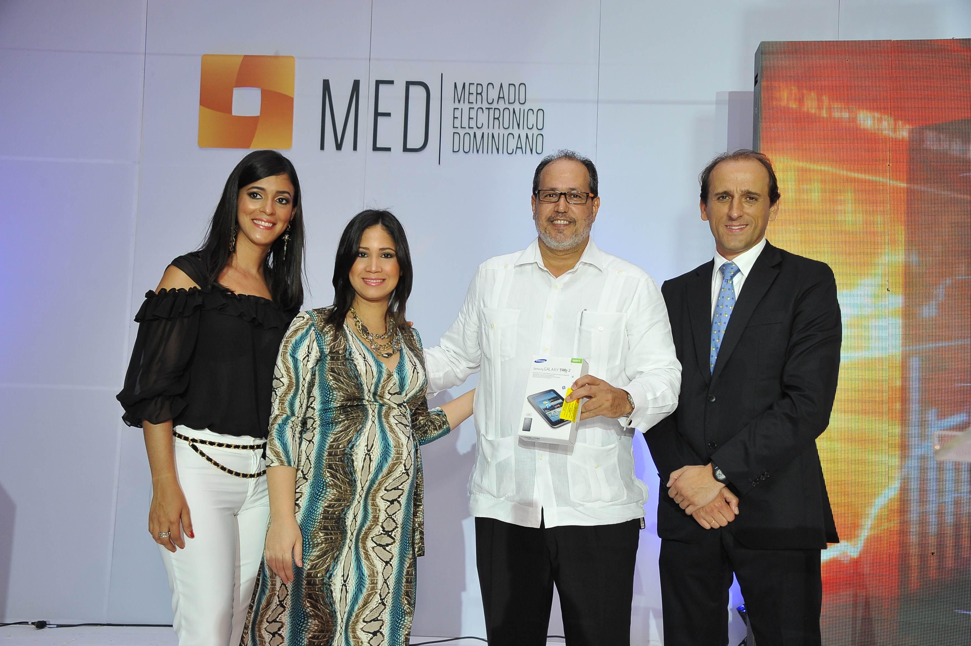 Premio-Samsung Tab-Ganador-Hamlet Hermann( Industrias Nacionales)-Entregan-Ruth Mendez-Laura Nunez