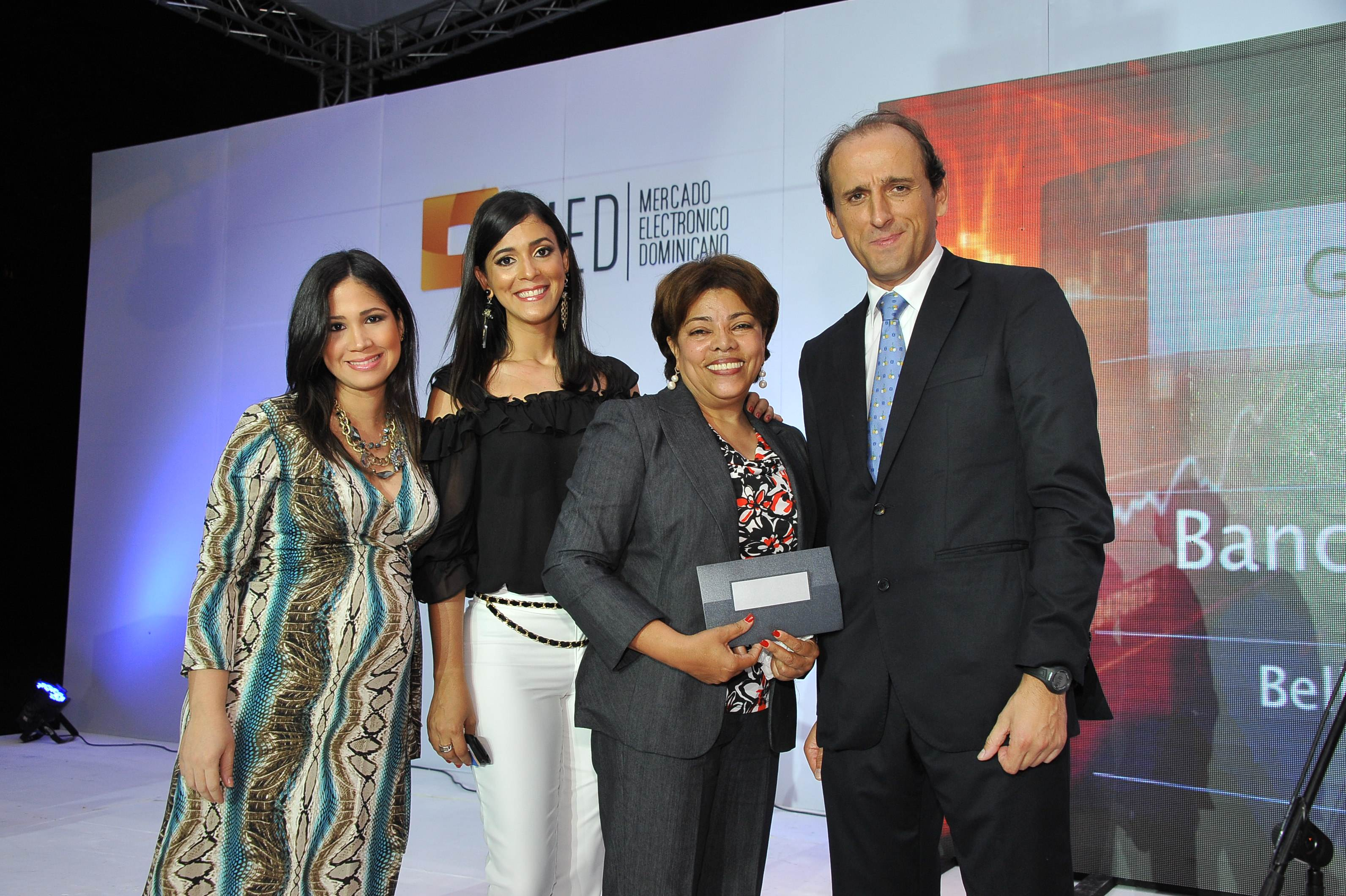 Premio-Viaje a New York-Ganadora-Bellaniris Pineda(Banco Caribe)-Entrega-Laura Nunez-Ruth Mendez-Juan Manuel Barranco